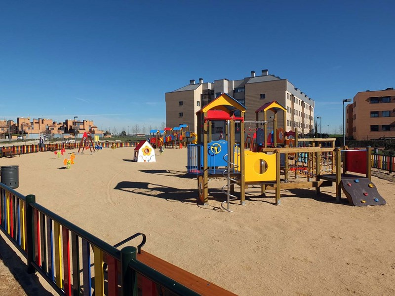 Nuevo parque infantil municipal calle la Rosa en Miramadrid