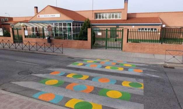 Decoración artística de pasos de peatones en zonas significativas